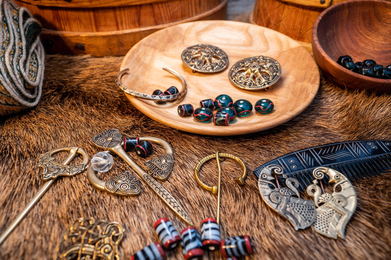 Viking brocher, ringnåle og skålspænder